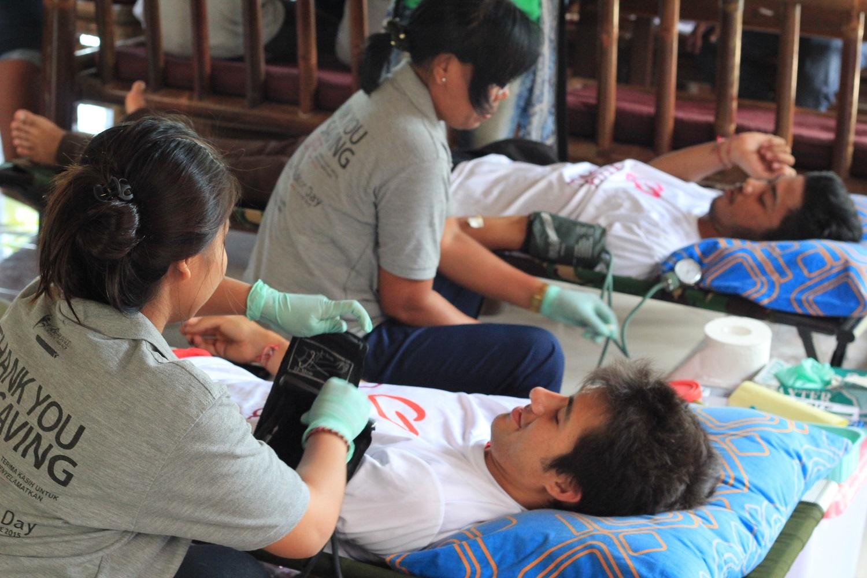 Yayasan Slukat Learning Center donates blood during the day.